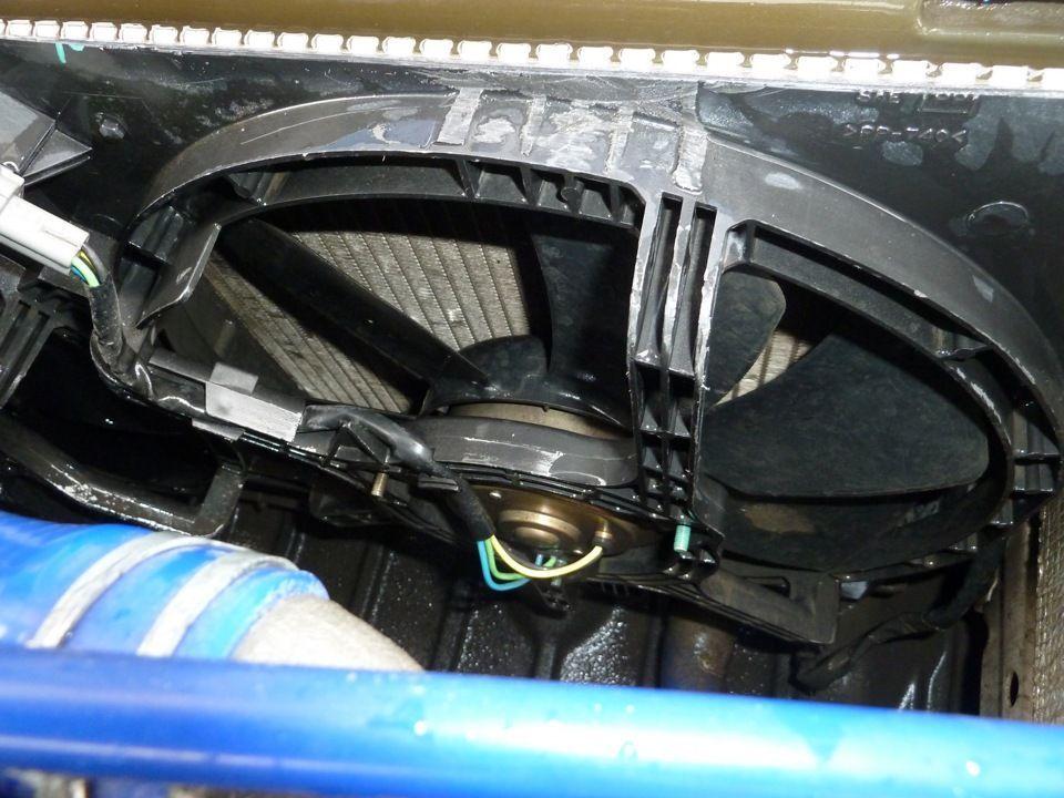 При включении зажигания срабатывает вентилятор охлаждения
