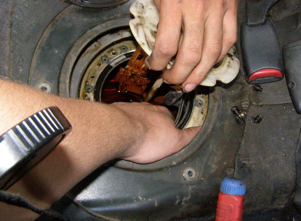 Как снять топливный насос в баке
