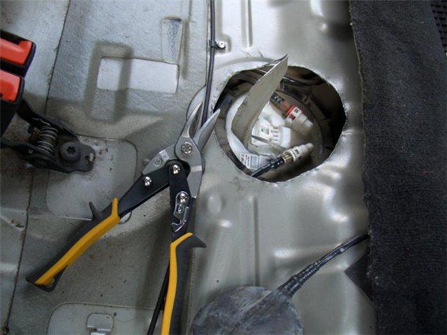 Открытие люка для снятия насоса