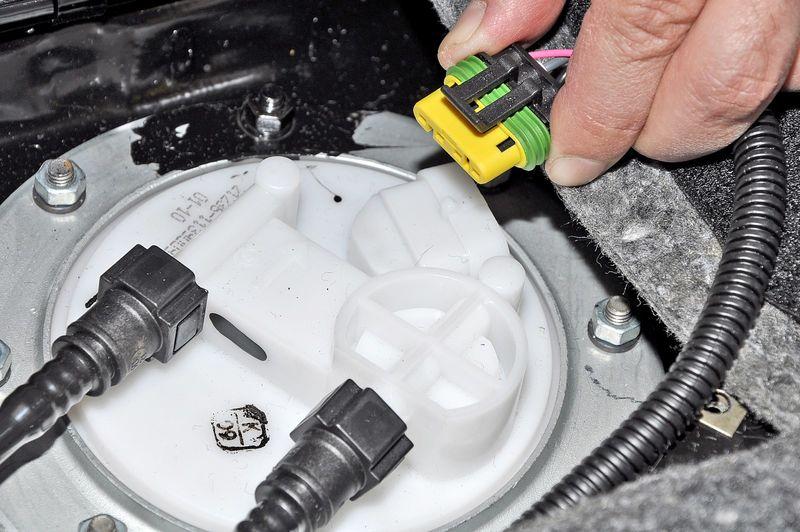 Как снять топливный фильтр из бака автомобиля