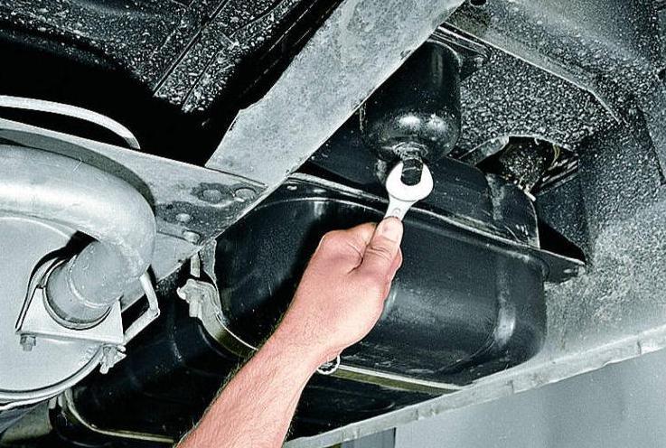 Как слить воду из отстойника фильтра авто