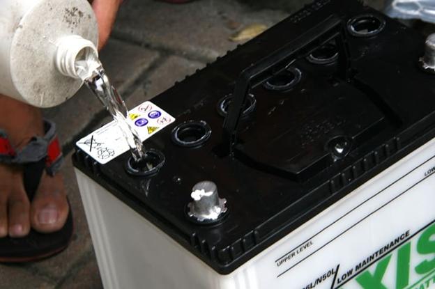 Как заливать жидкость в АКБ
